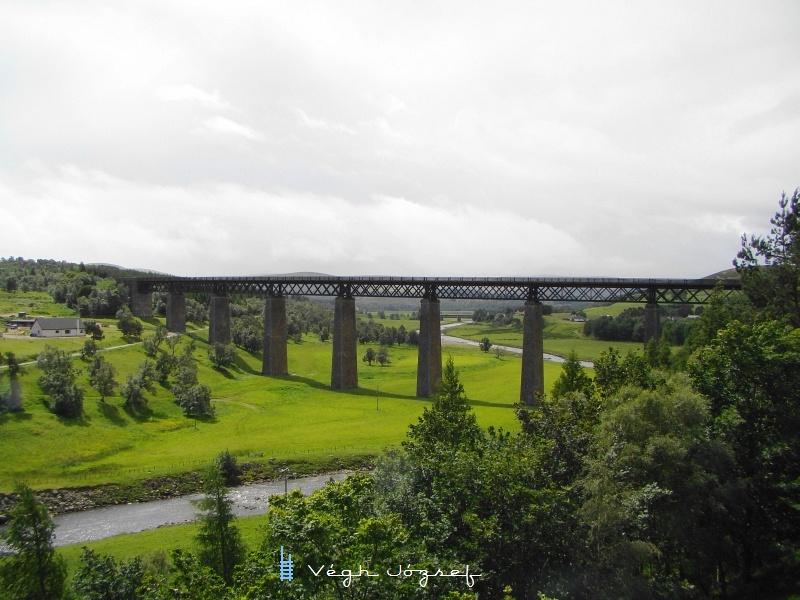 Végül egy szép híd (Findhorn viadukt) Tomatin falucska határában a Perth-Inverness vonalon. Sajnos itt nem volt időnk vonatra várni, pedig egy gőzösös személyvonat jöhetett volna igazánJ   fotó