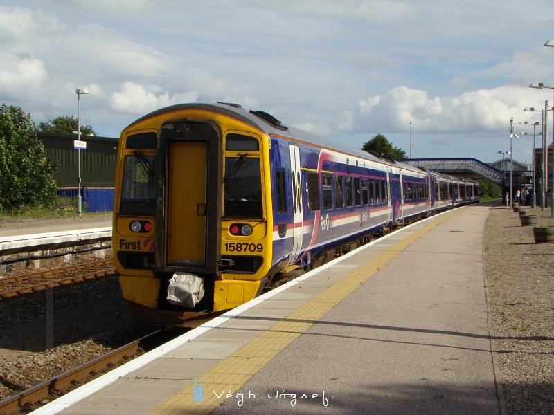 A vonat v�g�n pedig l�thatjuk a 158.709 p�lyasz�m� motorvonatot, ami szinkronban �zemel a 170-essel. A 158-as �Sprinter� a Derby Works gy�rtm�nya, 140 km/� sebess�gre k�pes. A sk�t t�rsas�g flott�j�ban 48 ilyen vonat szolg�l. fot�