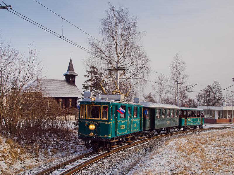 A ŽSSK TEŽ 22 pályaszámú  Kométa  nosztalgia-motorkocsija Alsótátrafüred és Ótátrafüred között fotó