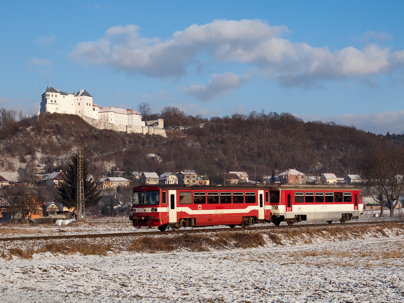 The ŽSSK 812 027-5 seen between Lucatő (LuČatín) and Zólyomlipcse (Slovenská ¼upČa) photo
