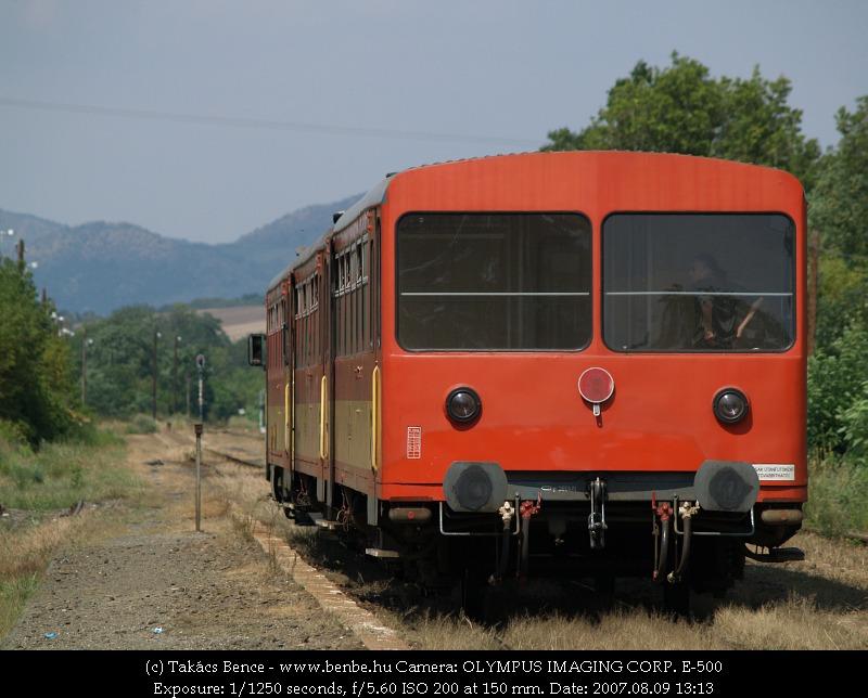 Bz-vonat várakozik keresztre Acsa-Erdõkürt állomáson fotó