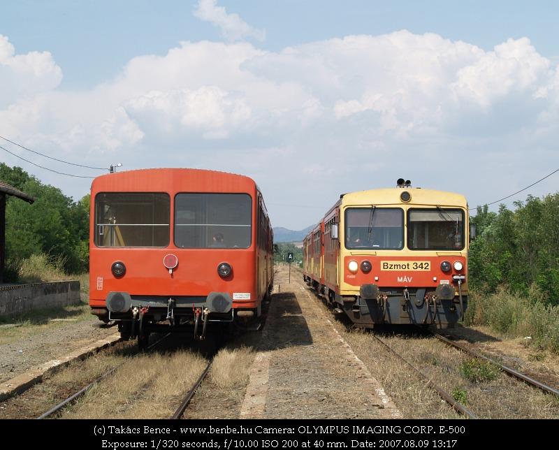 Budapesti sebesvonat érkezik Acsa-Erdõkürtre (Bzmot 342) fotó