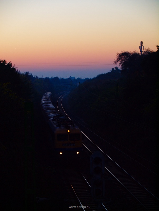 The V43 2358 is runnng out of the sunrise colours into the cutting by Pestszentlőrinc station photo