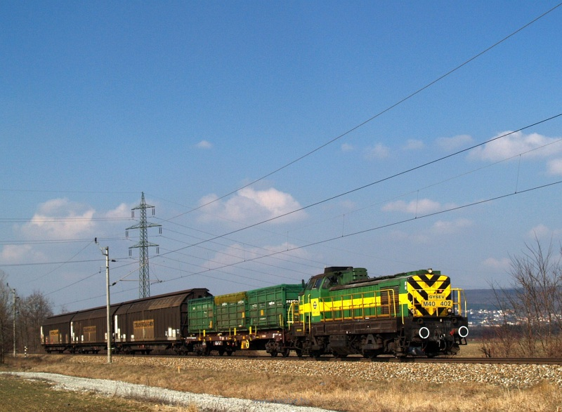 The GYSEV M40 402 is hauling the local freight train near Vulkapordány (Wulkaprodersdorf, Austria) photo