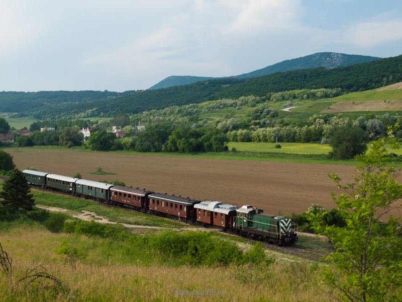 The M44 209 prototype BoBo is hauling the historic train from Esztergom to Budapest between Solymár and Üröm photo