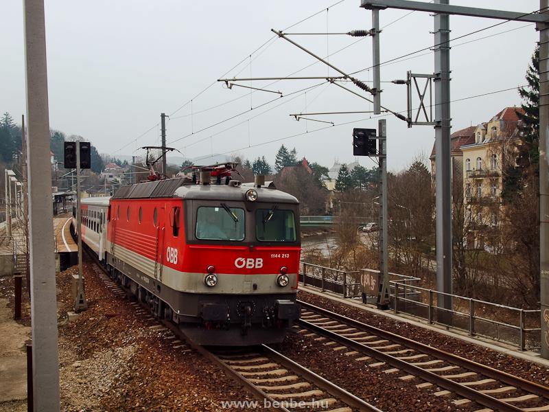 Az ÖBB 1144 213 Wien Weidlingauban a Bécs folyó partján fotó