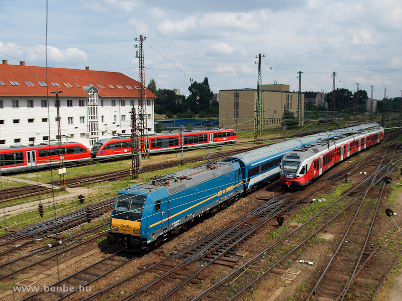 The MÁV-TR 480 001 TRAXX at Budapest-Nyugati photo