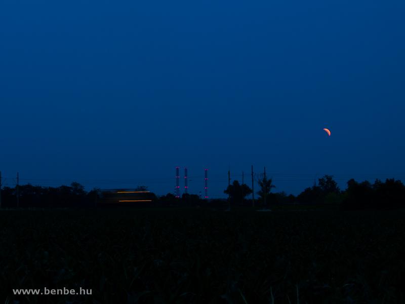 Felsővezeték-karbantartó jármű FJ-xxx Tárnok és Martonvásár között a holdfogyatkozás idején fotó