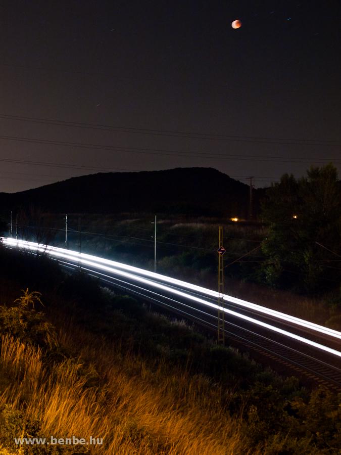 A 1047 006-0 egy tehervonattal Biatorb�gyon a holdfogyatkoz�s idej�n fot�