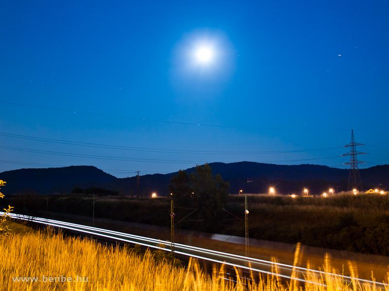 Egy MÁV-TR Taurus Ro-La vonattal Biatorbágynál éjszaka fotó
