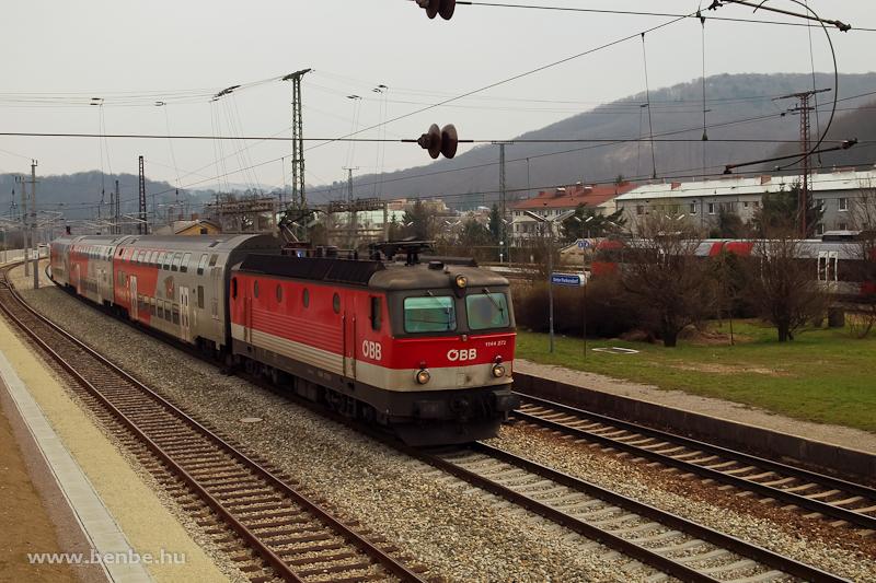 Az ÖBB 1144 272 egy St. Valentinbe tartó REX-vonat emeletes szerelvényével Unter Purkersdorf állomás mellett halad el fotó