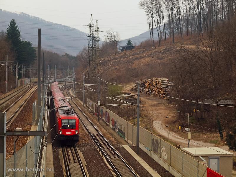 Az ÖBB 1116 282-3 Purkersdorf Sanatorium és Wien Weidlingau között a távolsági vonatok alagútjába halad be éppen fotó