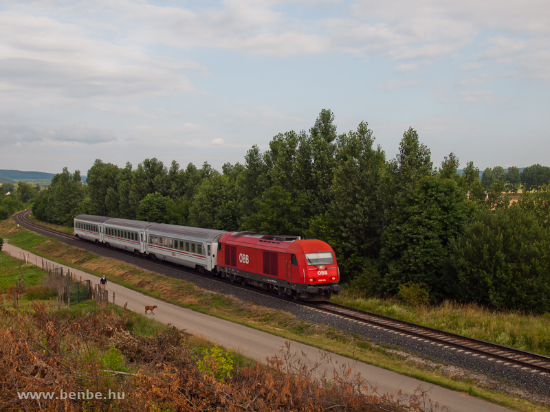 The ÖBB 2016 016 is hauling the Zagreb/Corvinus fast trains between Ágfalva and Sopron Ipartelepek photo