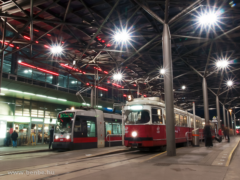 A Wiener Linien 685 pályaszámú ULF és a 4807 pályaszámú E1-es villamos Bécsben, a Praterstern állomás előtti fedett tömegközlekedési terminálon fotó