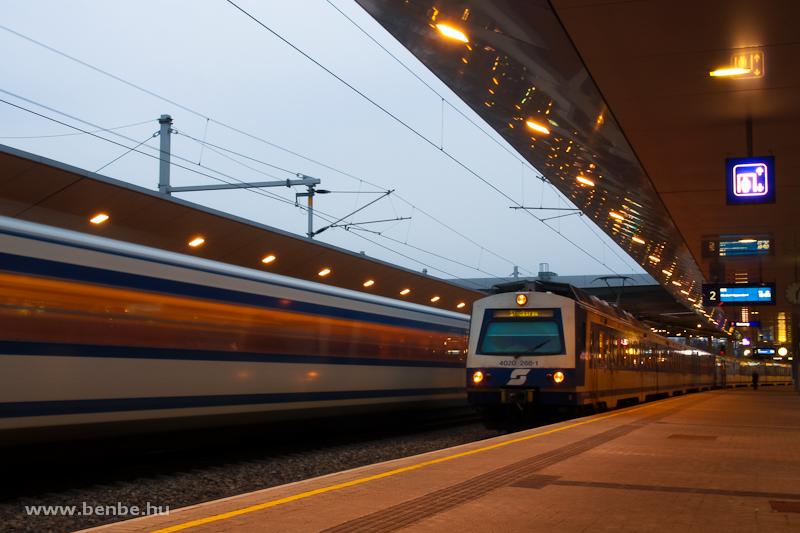 Az ÖBB 4020 268-1 pályaszámú elővárosi/gyorsvasúti motorvonata Bécs Praterstern állomáson, a háttérben egy elmosódott társával fotó