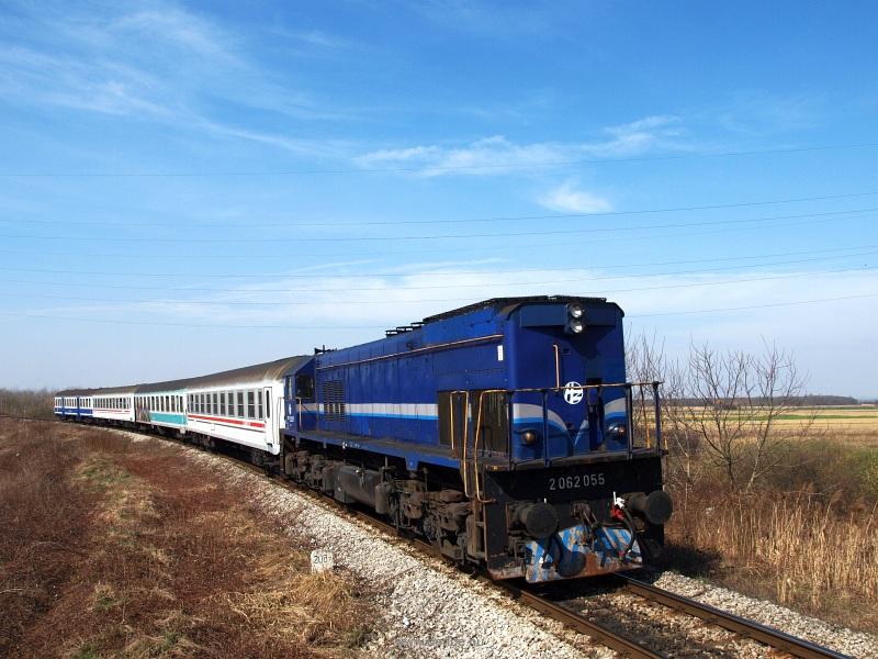 A HŽ 2062 055 pályaszámú  James  becenevű mozdonya egy Varazsd-Kapronca személyvonattal Kaproncán fotó