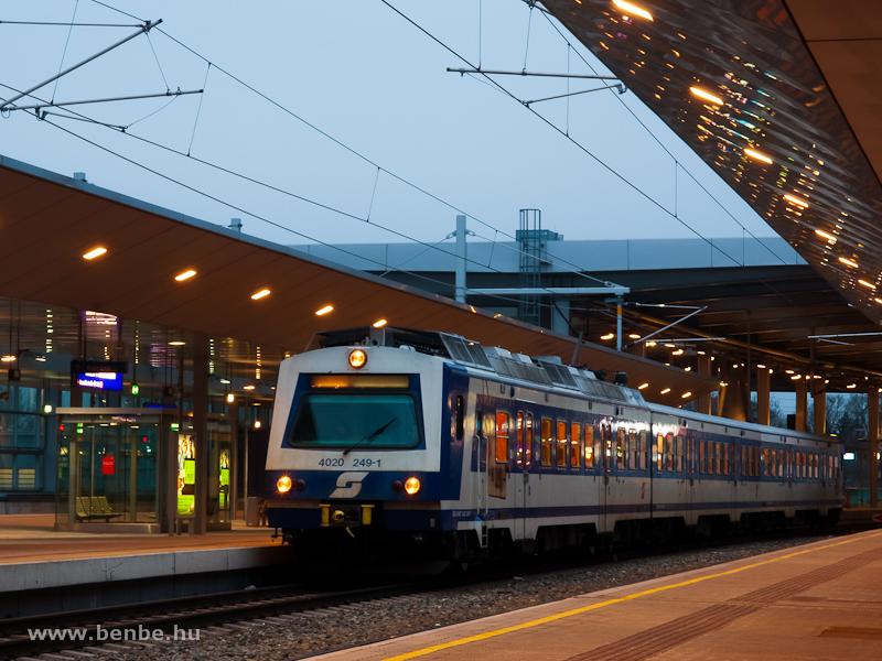 Az �BB 4020 249-1 p�lyasz�m� villamos motorvonata B�cs Praterstern p�lyaudvaron fot�