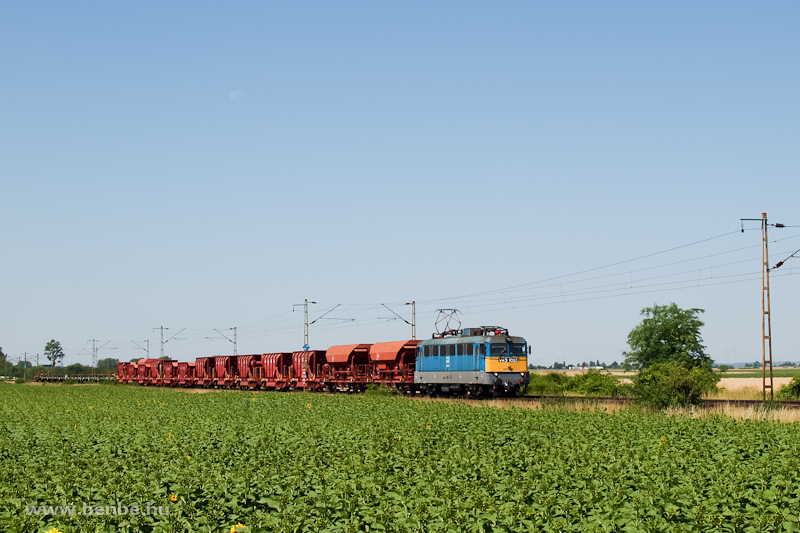 The V43 1028 is hauling the local freight train between Adács and Karácsond stops photo