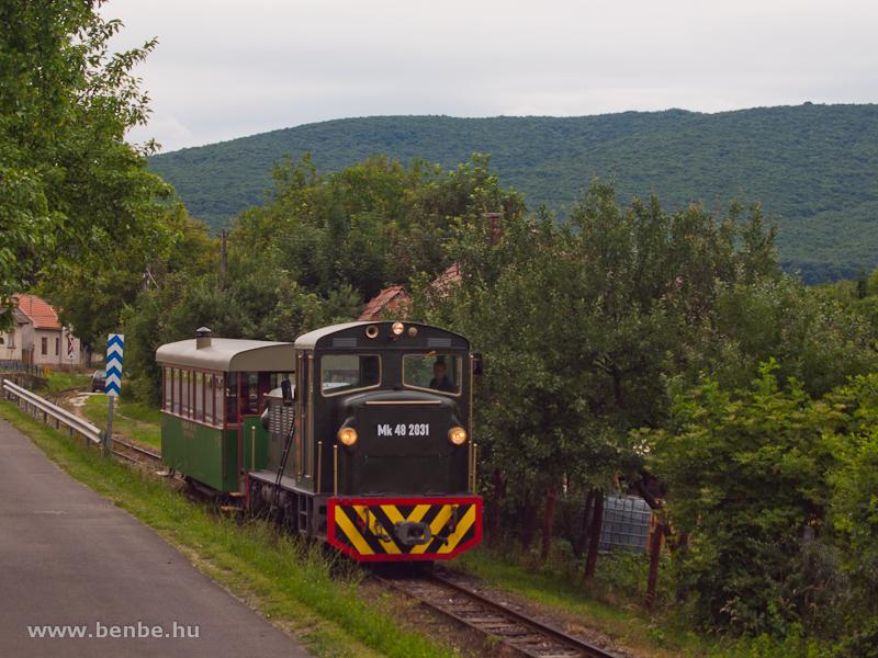 Mk48 2031 átmeneti színezésben, régi zöld kocsival Szokolya-Mányoki és Hártókút között fotó