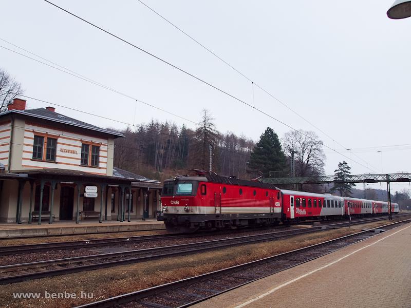Az ÖBB 1144 240 pályaszámú villanymozdonya elővárosi vonattal Rekawinkelben fotó