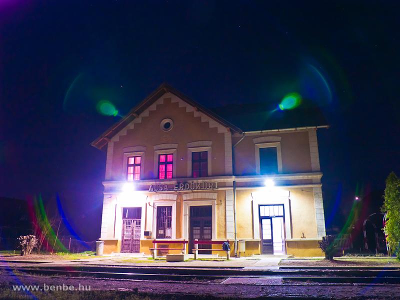 Acsa-Erdőkürt vasútállomás felvételi épülete az éjszakában fotó