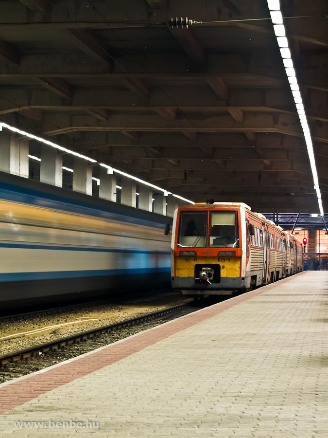 A MÁV-START 6341 019-5 pályaszámú Uzsgyija éjjel a Nyugati pályaudvaron a Westend parkolója alatt fotó