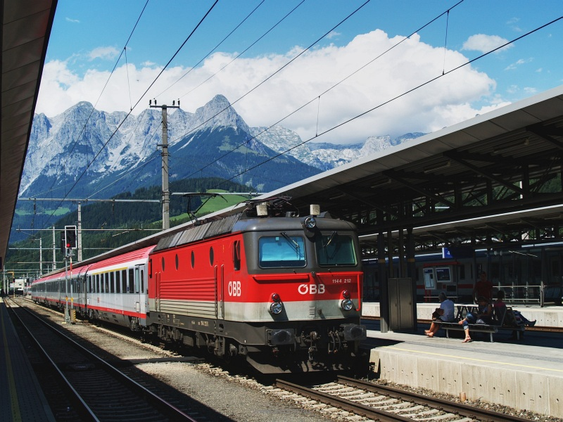 The ÖBB 1144 212 at Bischofshofen photo