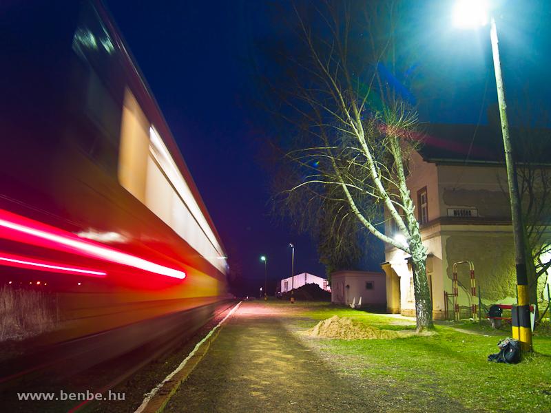 Mohora vasútállomása az éjszakában, Bzmot-tal fotó