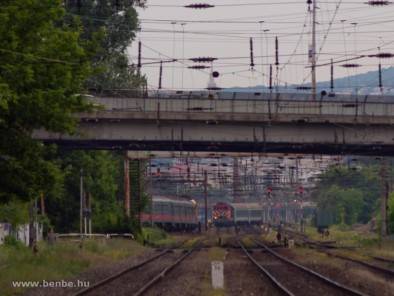 Nagyon fontos tolatási mozgást végeznek éppen, megfogva egy bejáró zónázó vonatot Cegléd felől fotó