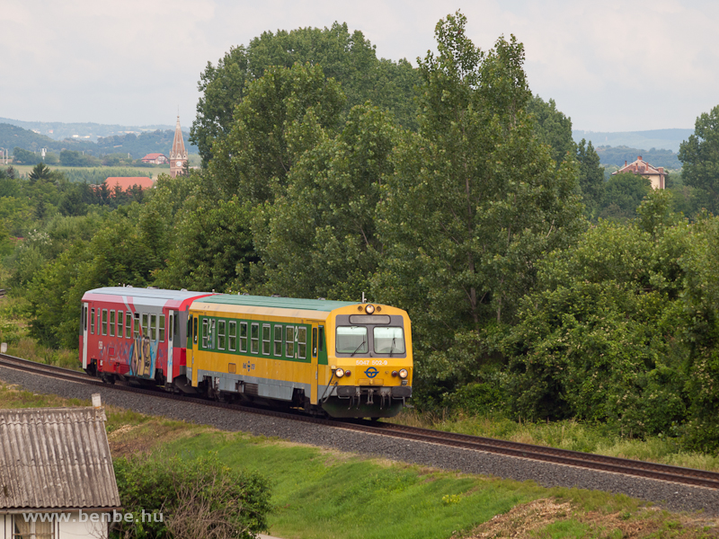 A GYSEV 5047 502-9 egy CityShuttle festéses osztrák társával Ágfalva közelében fotó