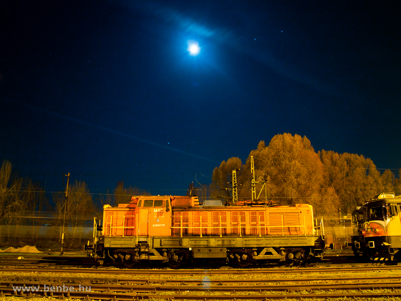 The M40 232 is posing with the Moon at Hatvan station photo