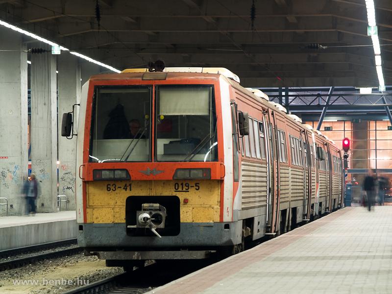 A MÁV-START 63-41 019-5 pályaszámú motorkocsija Budapest-Nyugati pályaudvaron fotó