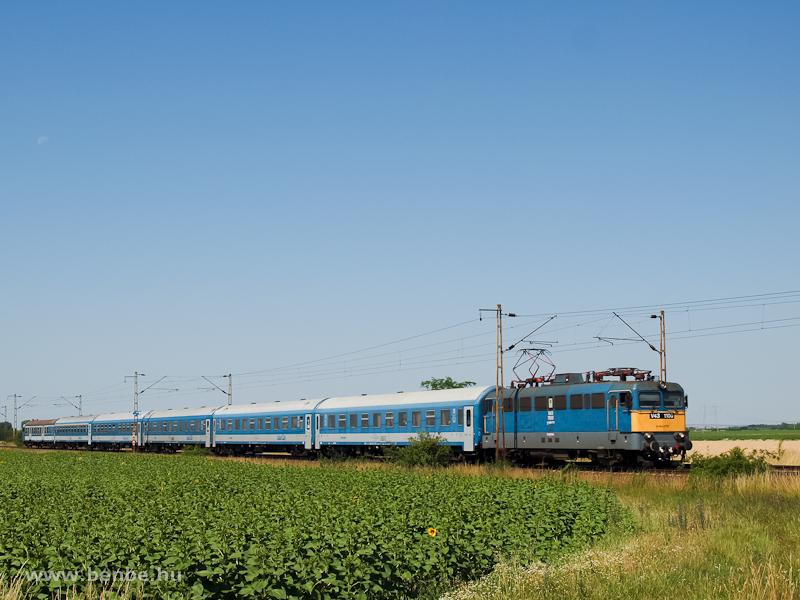 The V43 1100 is hauling an InterCity between Adács and Karácsond photo