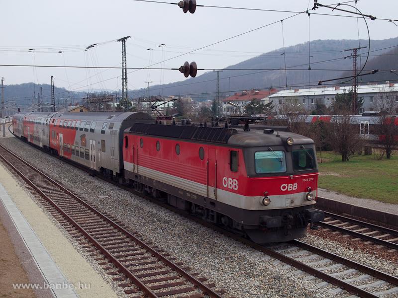 Az ÖBB 1144 272 egy RegioExpress-szel előz egy Talenttel kiadott S-Bahn-t a Bécsi Erdőben Unterpurkersdorf állomáson fotó