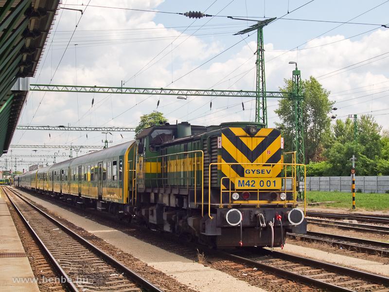A GYSEV M42 001 halberstadti kocsikkal tolat Sopronban fotó