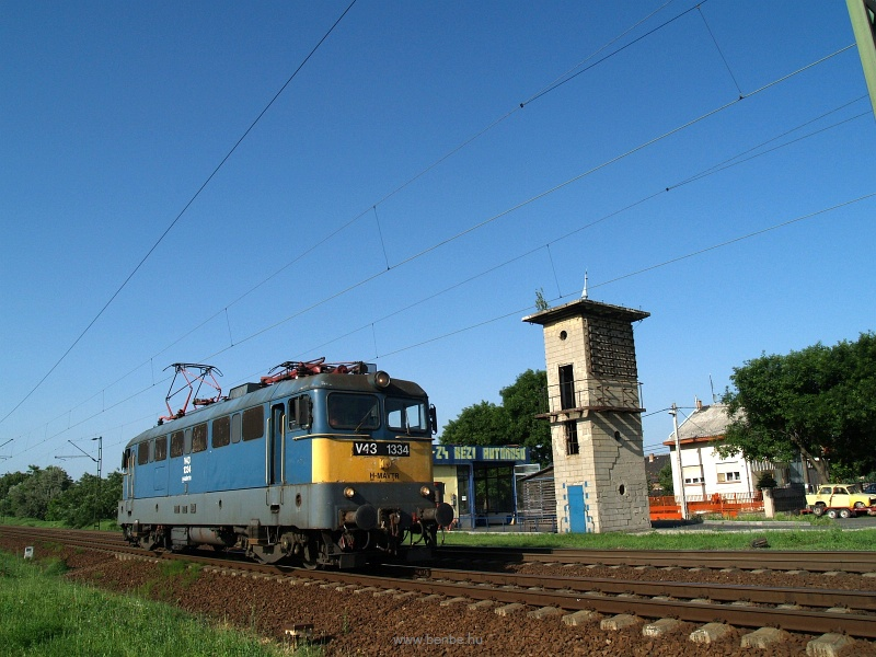 The V43 1334 is passing by a car wash at Káposztásmegyer photo