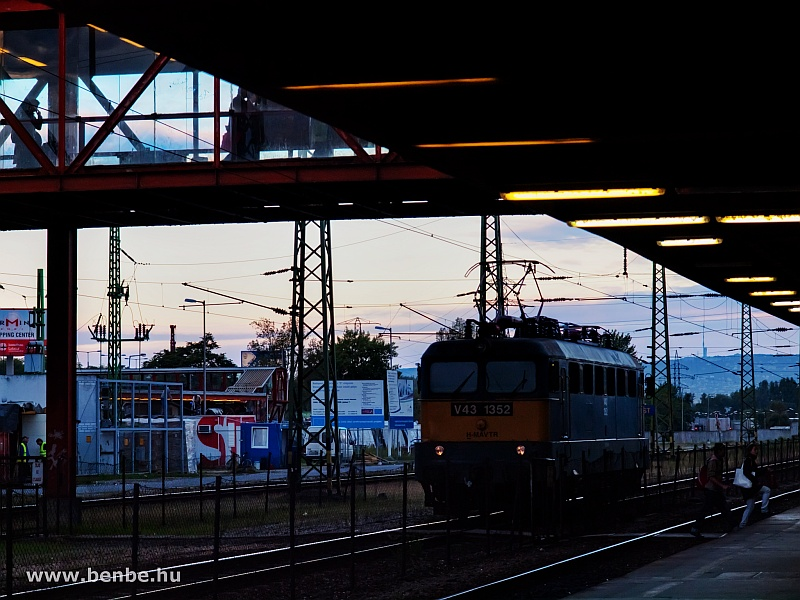 V43 1352 vár vonatra Kőbánya-Kispesten fotó