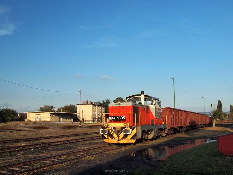 M47 1305 a tolatós tehervonattal Tokod állomáson rendezkedik fotó