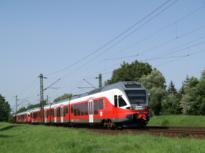 A MÁV-START 5341 021-3 pályaszámú Stadler FLIRT motorvonata a 70-es vonalon Káposztásmegyernél fotó