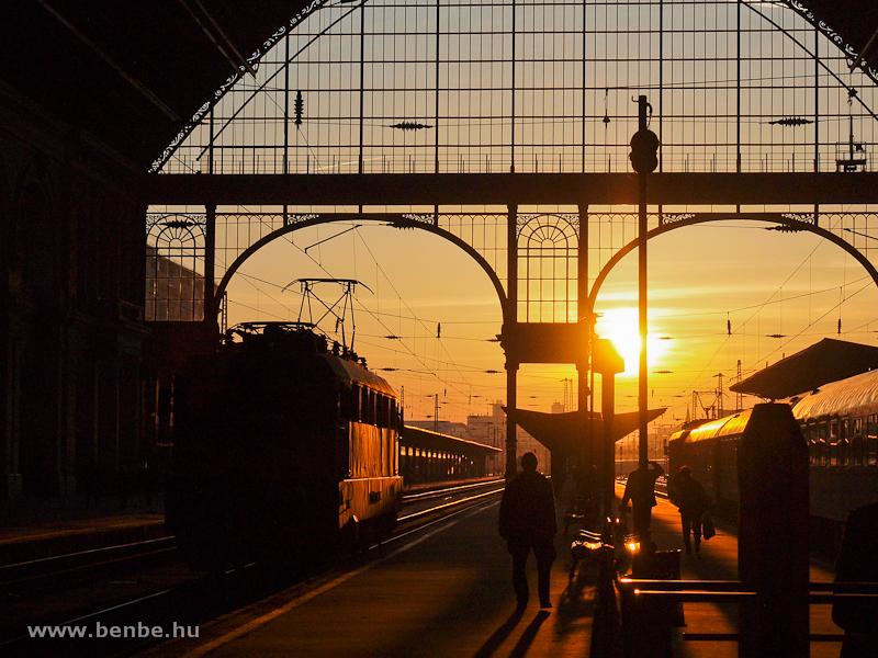V43-as a napkeltében a Keleti pályaudvaron fotó