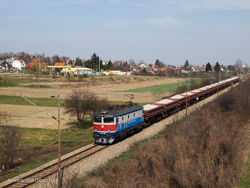 A HŽ 1141 381 egy tehervonattal Kaproncánál (Koprivnica, Horvátország) fotó