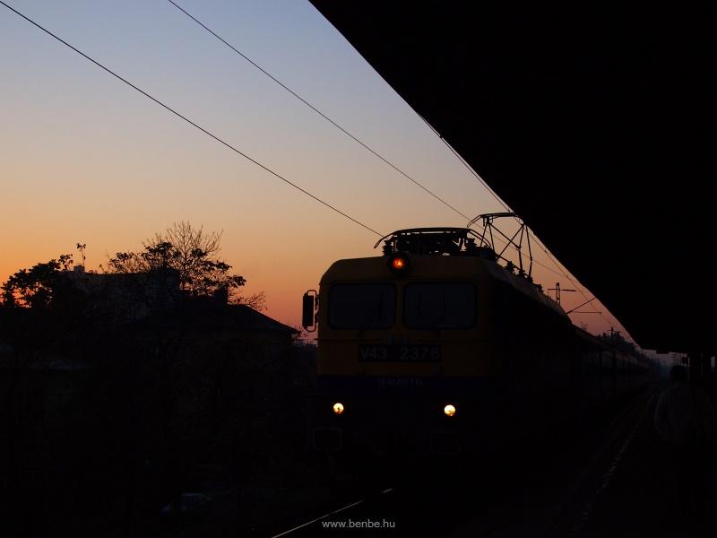 V43 2376 sziluettfot�n Zugl�ban fot�