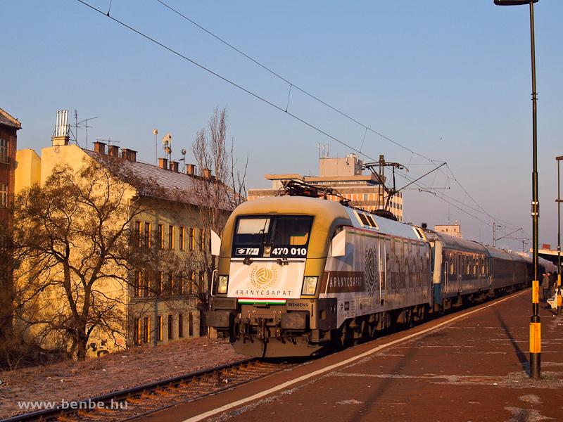 A MÁV 470 010 pályaszámú  Aranycsapat-mozdony  Zugló megállóhelyen fotó