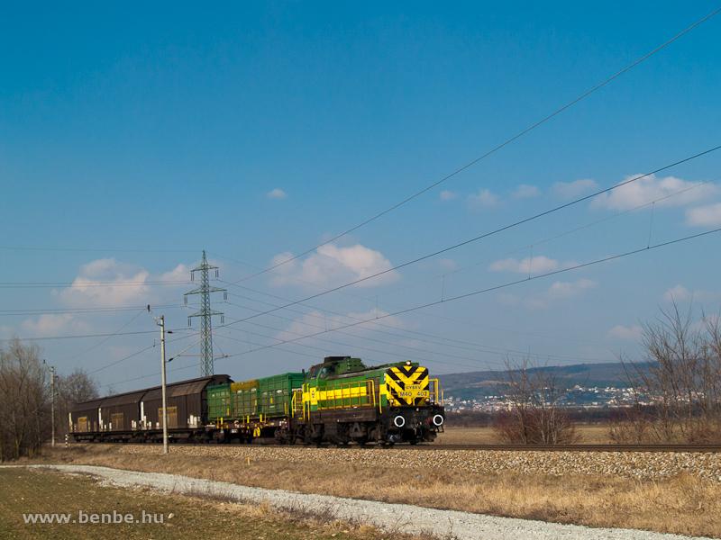 A GYSEV M40 402 pályaszámú dízel-villamos mozdonya a tolatós tehervonattal Szárazvám (Müllendorf, Ausztria) és Vulkapordány (Wulkaprodersdorf, Ausztria) között fotó
