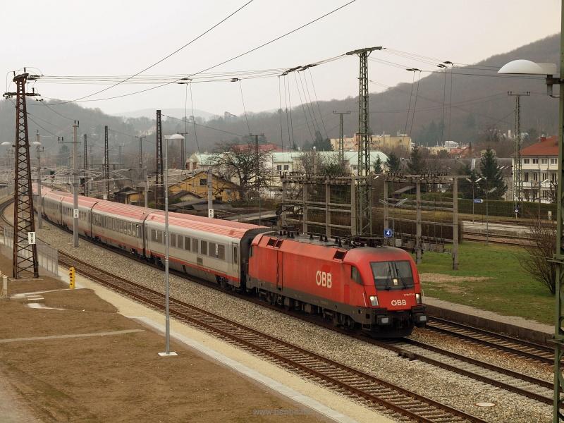 Az ÖBB Produktion 1116 071-0 pályaszámú Taurus villanymozdonya egy IC-vonattal halad át Unter Purkersdorf állomáson fotó