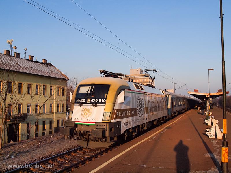 Az Aranycsapat-Taurus (MÁV-TR 470 010) Zugló megállóhelyen a Páva InterCityvel fotó