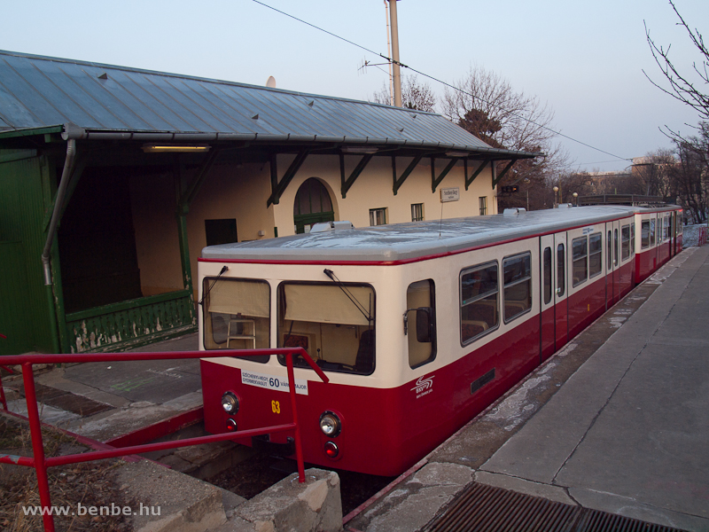 A budapesti fogaskerekű vasút 63-as vezérlőkocsija Széchenyi-hegy állomáson fotó