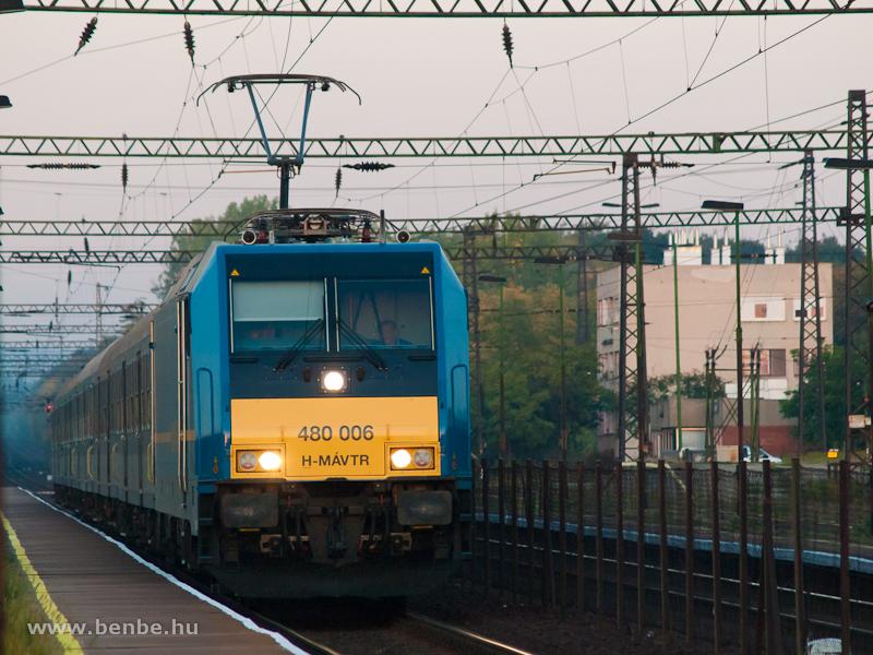 A MÁV-TR 480 006 pályaszámú TRAXX-2 villanymozdonya Herceghalom állomáson fotó