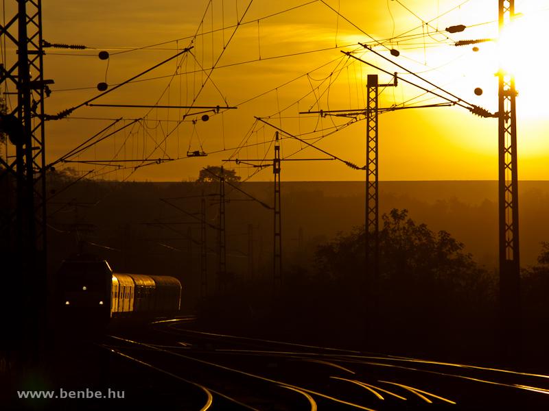 A MÁV-TR 480 011 pályaszámú TRAXX-a egy társával párban Herceghalom állomáson napkeltekor fotó