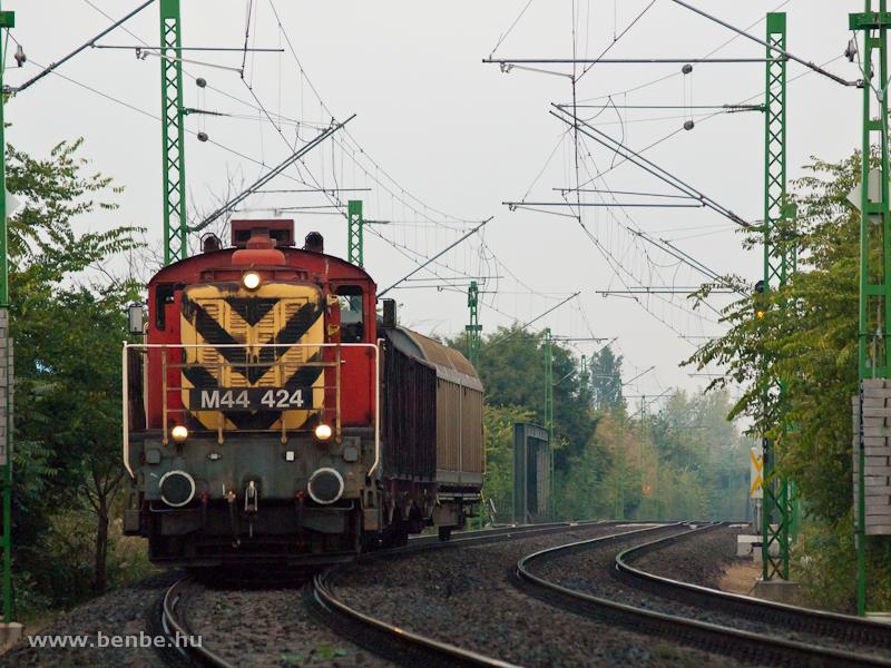 Az M44 424-es csomóponti kiszolgálóvonatával Ferencváros és Kőbánya-Kispest között fotó